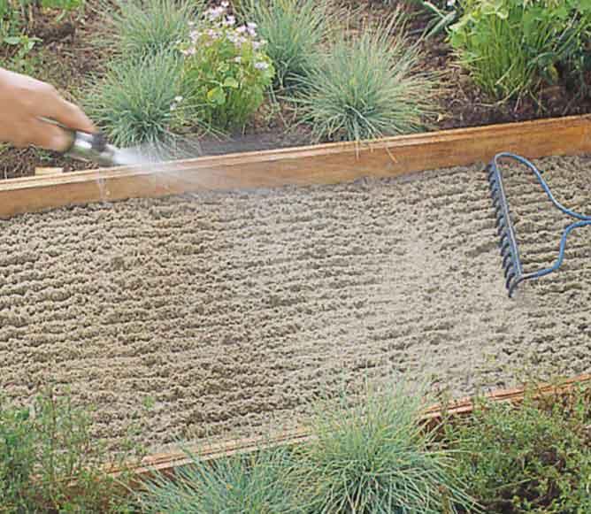 Смочить водой песок