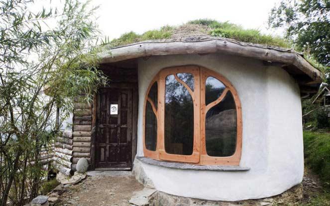 Семья построила дом из соломы