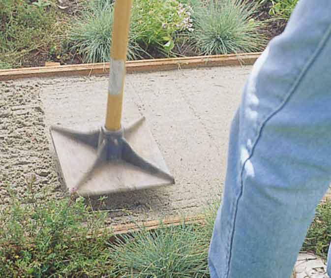 Утрамбовка песка для дорожки