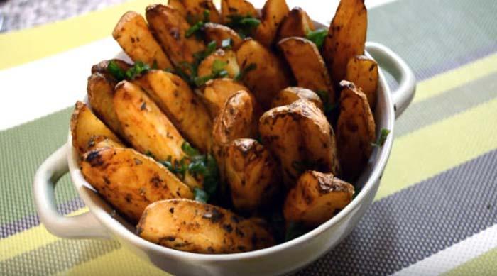 Готовые картофель на столе