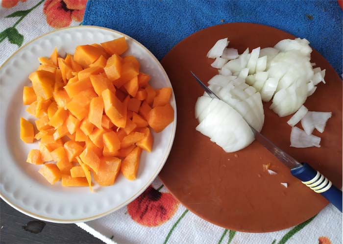 Нарезать морковь, лук