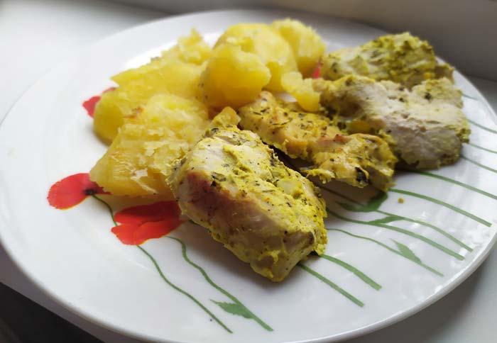картошка с курицей и салатом