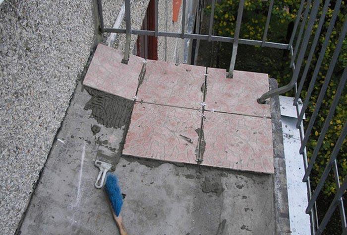 Как положить плитку на пол балкона своими руками